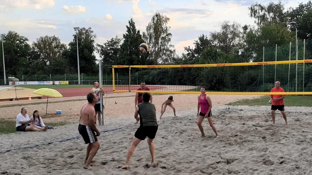 Beachvolleyball mit Familie und Zuschauern